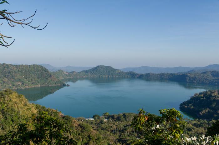 Lago en el cráter. Sano Nggoang, East Nusa Tenggara, Indonesia